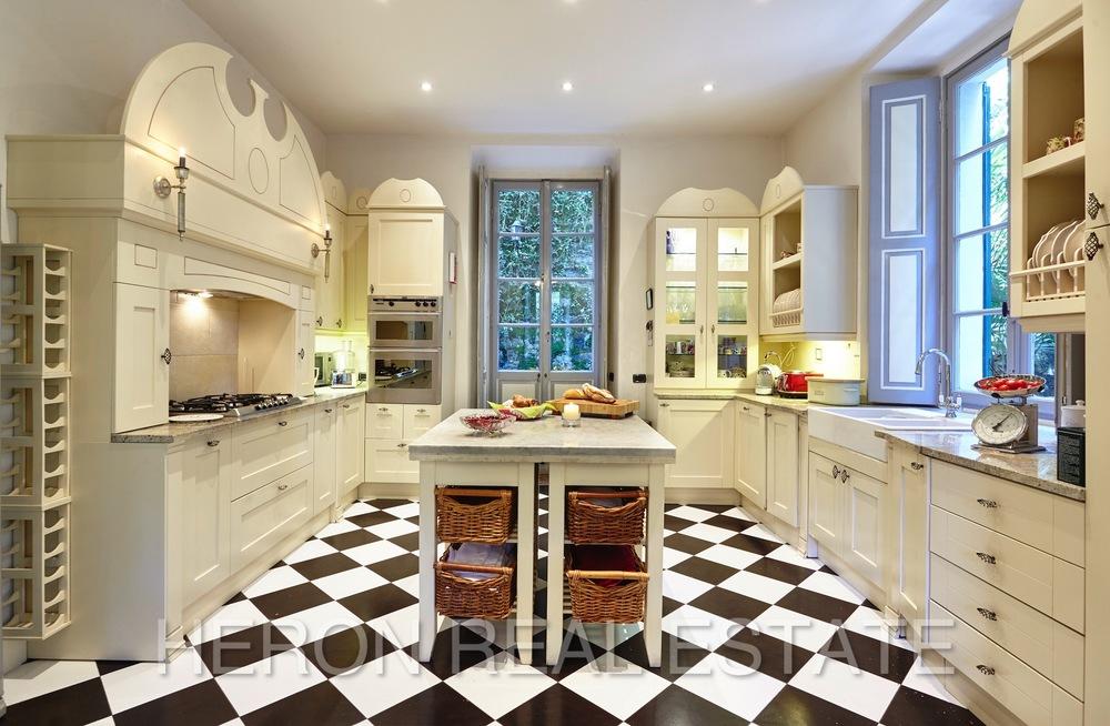 Laglio villa kitchen