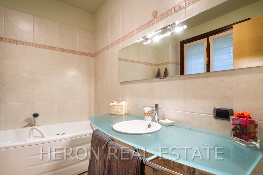 12 Carate Urio bathroom 2.jpg