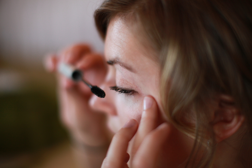 Bride at Albany Country Club putting on make up