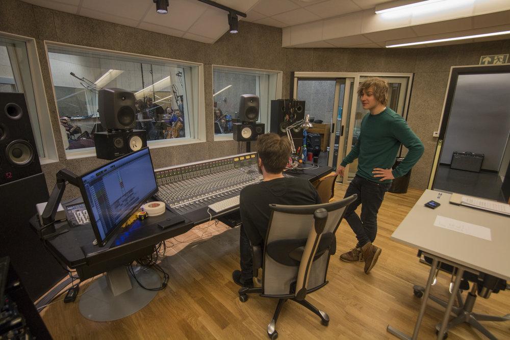 Sivert Henriksen og Herman Rundberg i Kontrollrommet i forbindese med innspilling av musikk til forestillingen Glemt av Simone Grøtte.