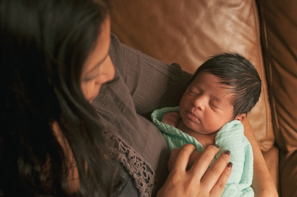 lifestyle-newborn-photography-long-island-ny-natural-light-mom.jpg