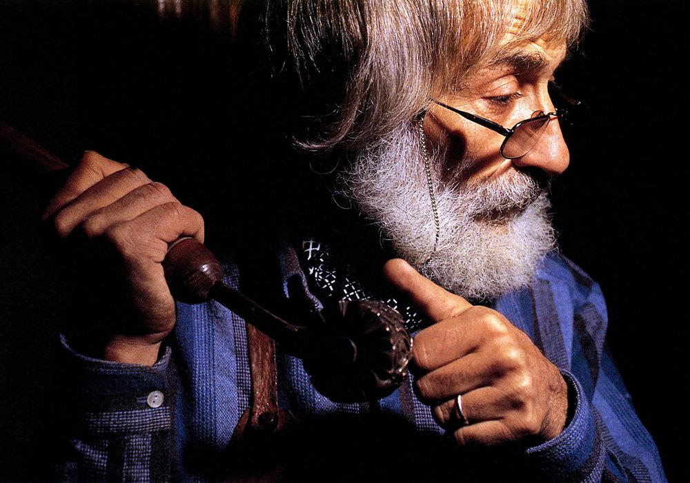 """""""Photographie de Bernard Rosenblum, Maître Artisan d'Art, Gainier Doreur d'Art, 1927-2007."""""""