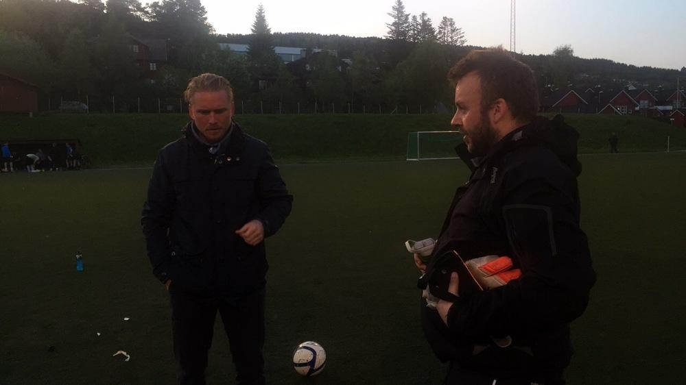 Klubbpresidenten (t.v.) var suspendert etter forrige rundes rødkort, og måtte se kampen fra sidelinja. Her diskuteres kampen sammen med burvokter Terje Stensønes.