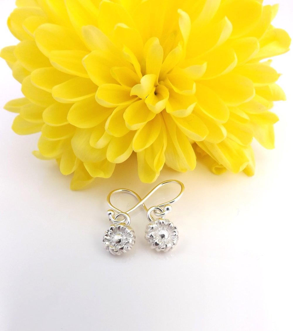 The most delicate daisy earrings. So dainty and are on my wishlist!