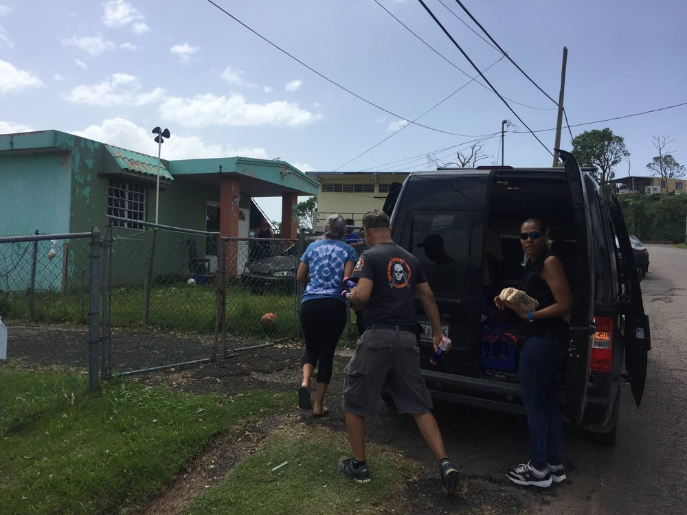 Neighbors helping neighbors // Photo by Vivienne Miranda