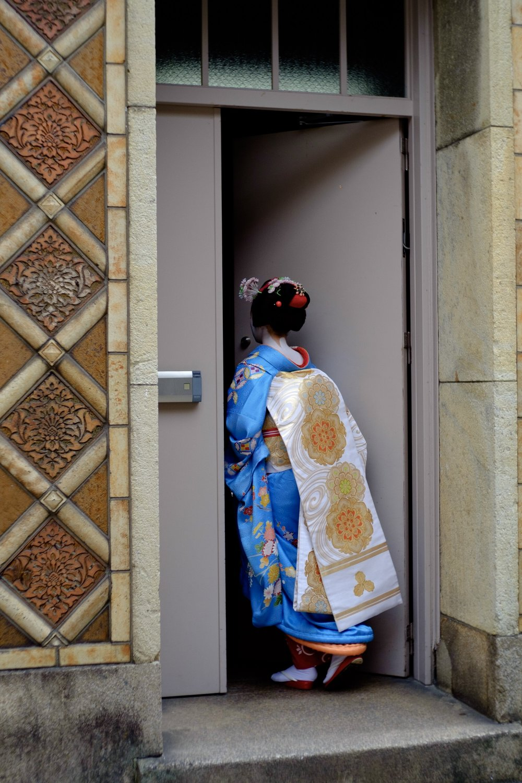 京都先斗町歌舞練場に急ぐ京舞妓