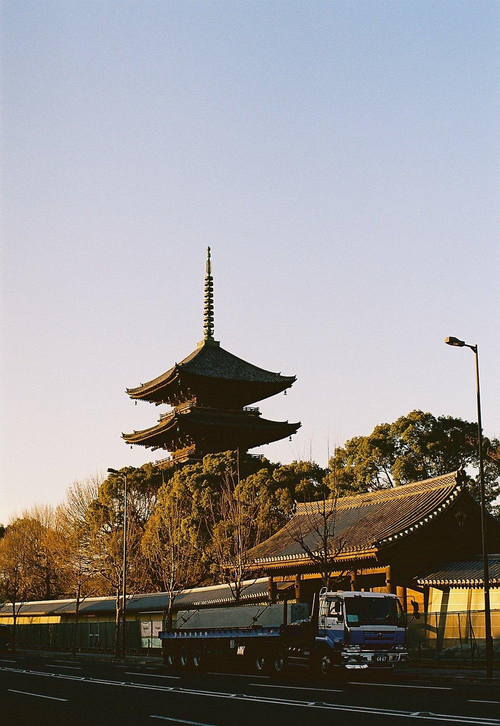 木造建築は何百年持つ。現代建築はせいぜい何十年ですよ。なんでよ?(京都東寺五重の塔遠景、1644年の再建の5代目建築 photo by EDo-mae)