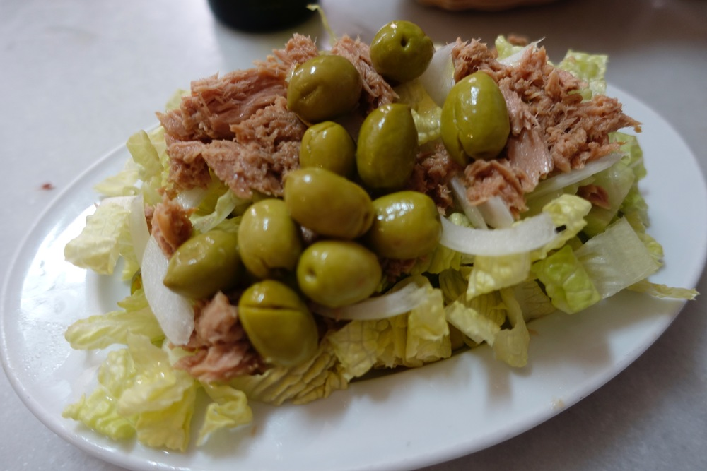 Mixed Salad with Tuna, Olives and Green Tomatoes