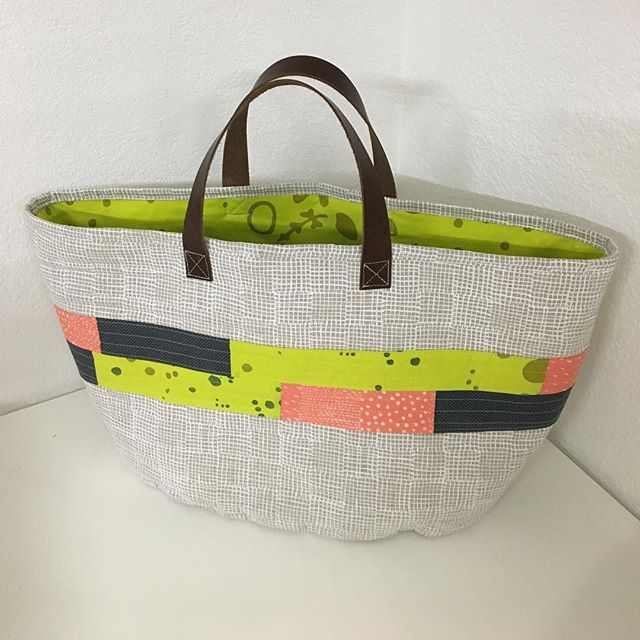 My first post-baby sewing project! The Market Bag from Handmade Style by @noodlehead531 . Main fabric is canvas from the Maker Maker line by @sarahgoldenart . Fabrics from @harts_fabric and @fancytigercrafts . . . #makermaker #handmadestylebook #marketbag #noodlehead #handmadebag #handmadetote #sewing #isew #sewcialists #maker #diy #bagmaking #bagmaker