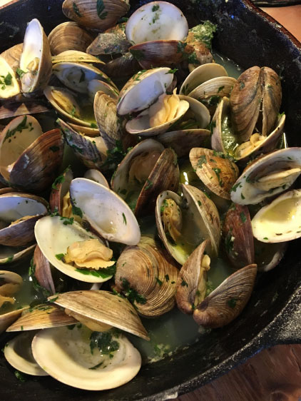 GRILLED CLAMS IN BEER, GARLIC, AND PARSLEY