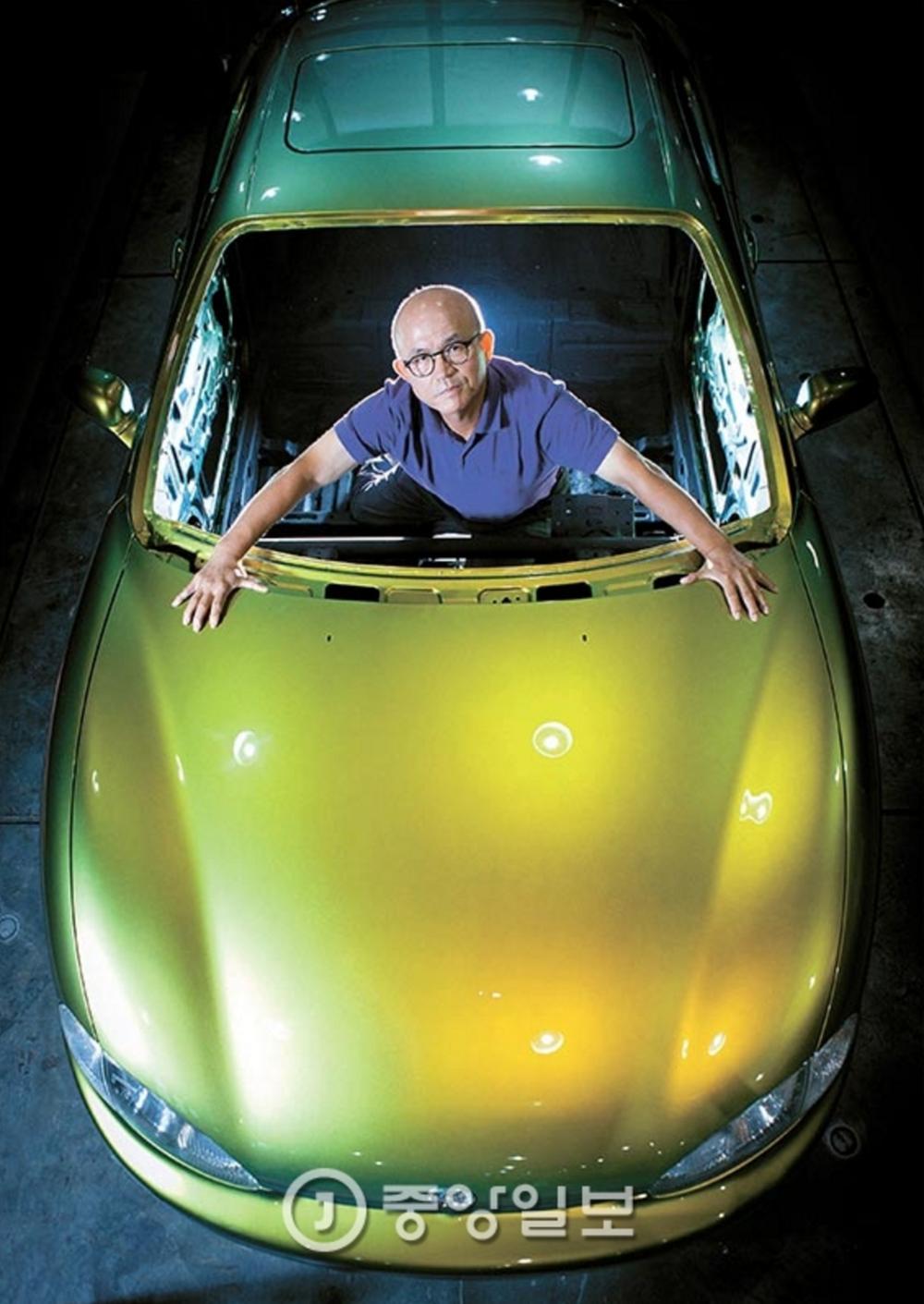 박종서 관장이 FOMA에 전시된 '티뷰론'에 탑승했다. 그는 이 차에 풍뎅이 색깔을 입히기 위해 특수 페인트를 주문해 도색했다.