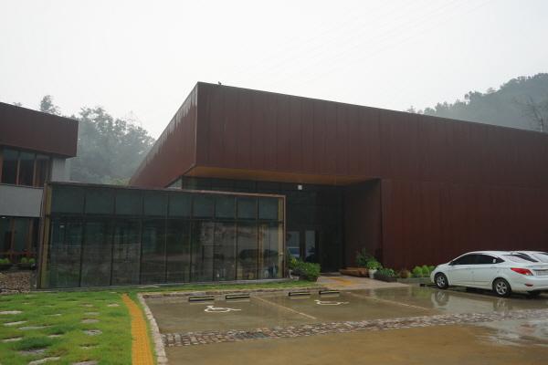 건축물 자체도 미적 가치가 뛰어난 FOMA 자동차디자인미술관의 외양. 기자가 찾은 날 비가 내렸다.
