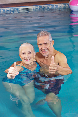 29990510_S_senior_swimming_couple_exercise.jpg