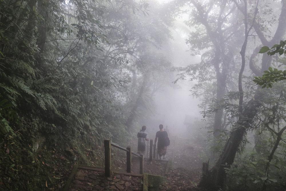 Bogdan, alaturi de ghidul nostru, coborand prin ceata la templul Lempuyang
