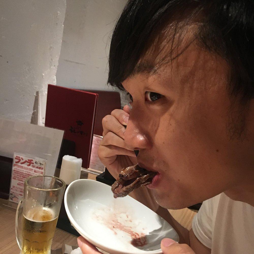 野性の本能のまま肉を喰らうメンバー高岡