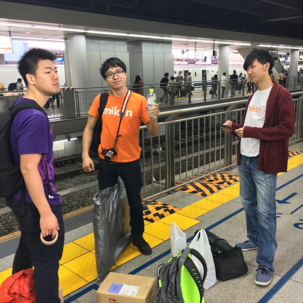 品川駅で新幹線を待つmikanメンバー