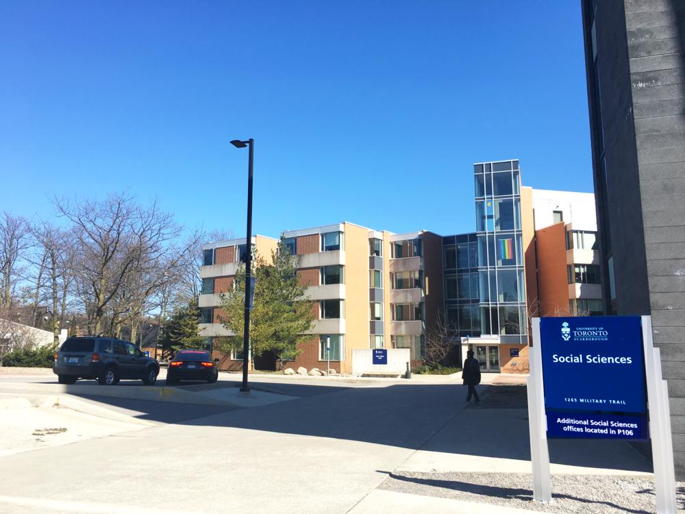 留学先だったトロント大学スカボロキャンパス。奥のオレンジ色の建物が学生寮。