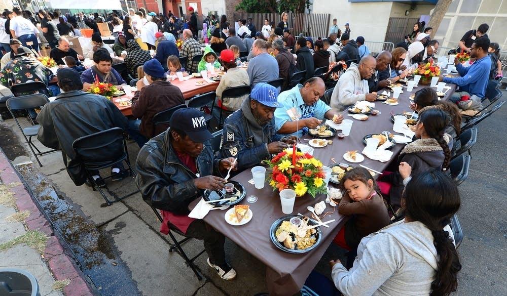 cd89b0-20141023-thankgiving-homeless-meal.jpg