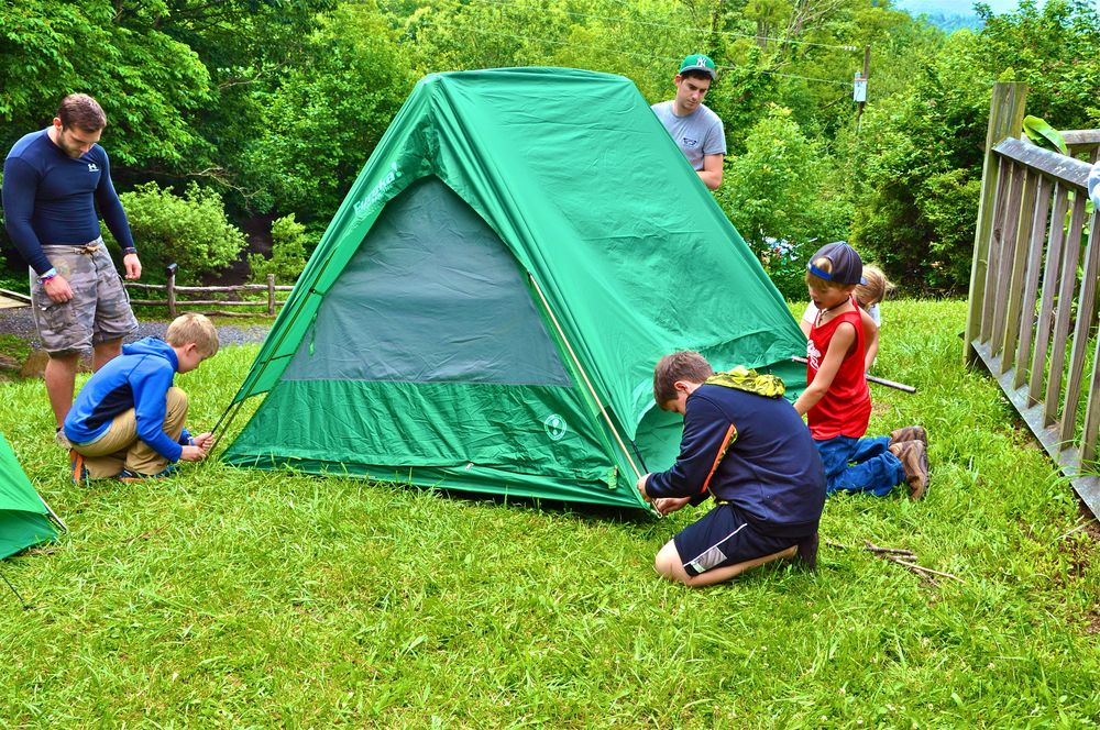 the-outdoors-classes-practice-pitching-tents-before-going-camping.jpg