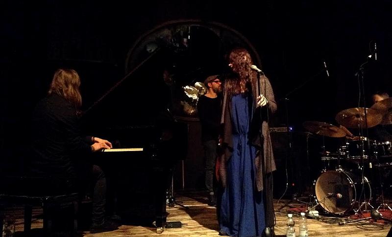 Këngëtarja Elina Duni në skenë