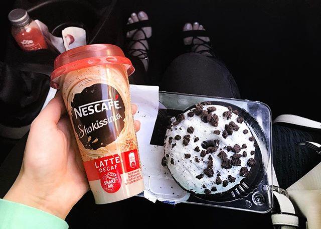 Merienda perfecta 😋🍩☕️ ✨ yuuuuuum! #laflordelotto #donut #coffee #car #whitebag