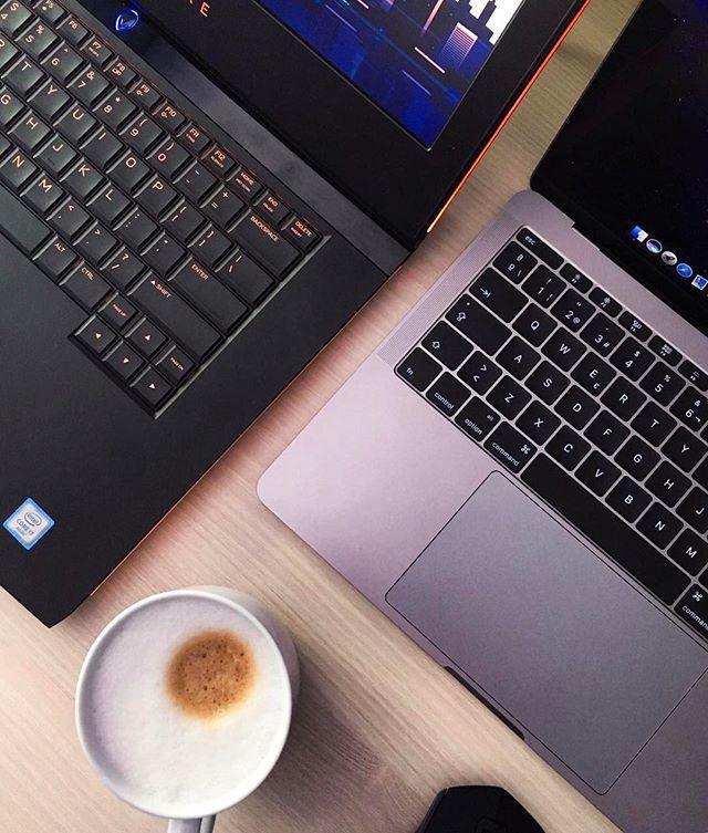 ✨Nuevo post✨ (link in bio 👆🏼) Como hoy ha hecho un mal día seguro que la mayoría de nosotros aprovechamos para quedarnos en casa y ver algunas series entretenidas. 😋En el post os hablo sobre las series de moda del momento 👏🏼👩🏻💻 😍 #laflordelotto #series #newpost #windyday #grey #capuccino #coffee #laptops