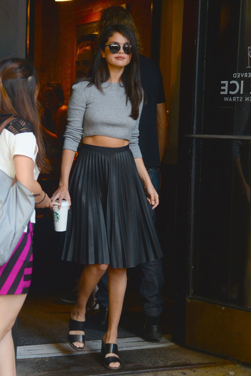 selena-gomez-fall-crop-top-outfit-01.jpg