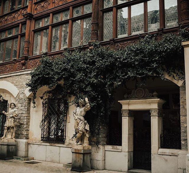 Can this be the doorway to my future home? ⠀⠀⠀⠀⠀⠀⠀⠀⠀ ⠀⠀⠀⠀⠀⠀⠀⠀⠀ ⠀⠀⠀⠀⠀⠀⠀⠀⠀ #GoExplore #OptOutside #Travel #WanderLust #ExploreToCreate #LiveOutdoors #StayAdventurous #TheModernDayExplorer #Explore #VisualsCollective #ArtOfVisuals #AOV #LiveFolk #LifeOfAdventure #Sinaia #PelesCastle #Bucharest #Transylvania #Romania #Europe