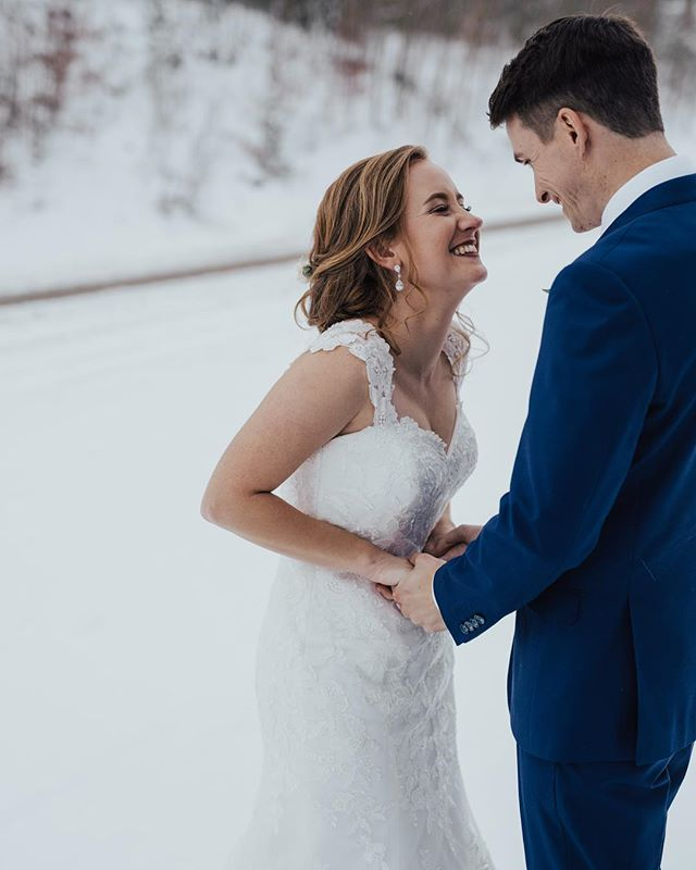 It was 10 degrees, but I bet you wouldn't know by that smile. ⠀⠀⠀⠀⠀⠀⠀⠀⠀ Check out all of Billy + Kyleigh at the link in my bio! ⠀⠀⠀⠀⠀⠀⠀⠀⠀ ⠀⠀⠀⠀⠀⠀⠀⠀⠀ ⠀⠀⠀⠀⠀⠀⠀⠀⠀ #Portraits #MakePortraits #Wedding #LiveOutdoors #VisualsCollective #ArtOfVisuals #AOV #LiveFolk #WeddingPhotography #MakeMoments #ExploreToCreate #JuneBugWeddings #GreenWeddingShoes #DirtyBootsAndMessyHair #TheKnot #HuffPostWeddings #MountainWedding #SnowWedding #ColoradoWedding #Silverthorne