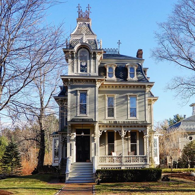 Doesn't October just make you want to live like the Addams family for a day and get spooky in a Second Empire style house? 🙋🔮 Shout out to one of the best in Maine: the George Lord Little House in Kennebunk. Happy Halloween! 🕯🎃