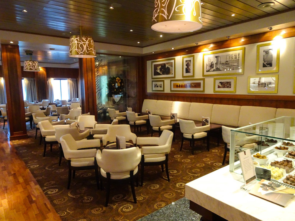 The Godiva Lounge Seating Area - The Queen Mary 2    Photo:  Calvin Wood
