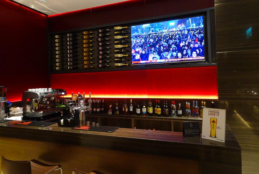 Bar - Air Canada Lounge - London Heathrow  Photo: Calvin Wood