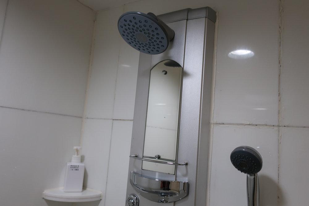 Showers - Royal Orchard Lounge - Hong Kong - Photo: Calvin Wood