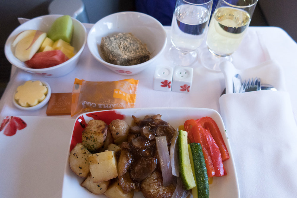Lunch Service - Business Class - Hong Kong Airlines   Photo: Calvin Wood