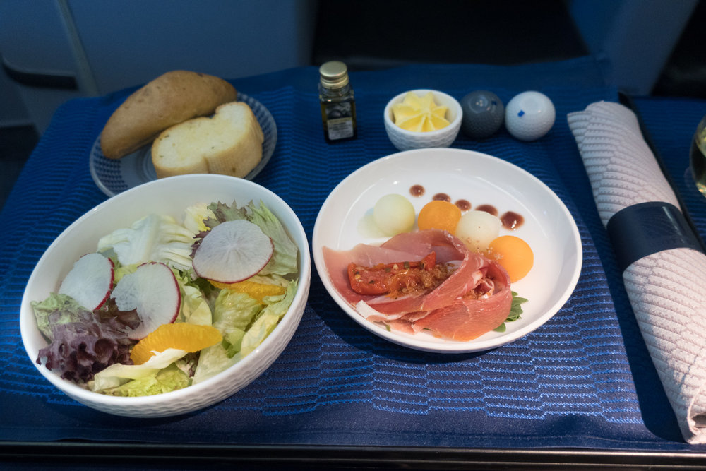 The Starter - United Business Class 777-200    Photo: Calvin Wood