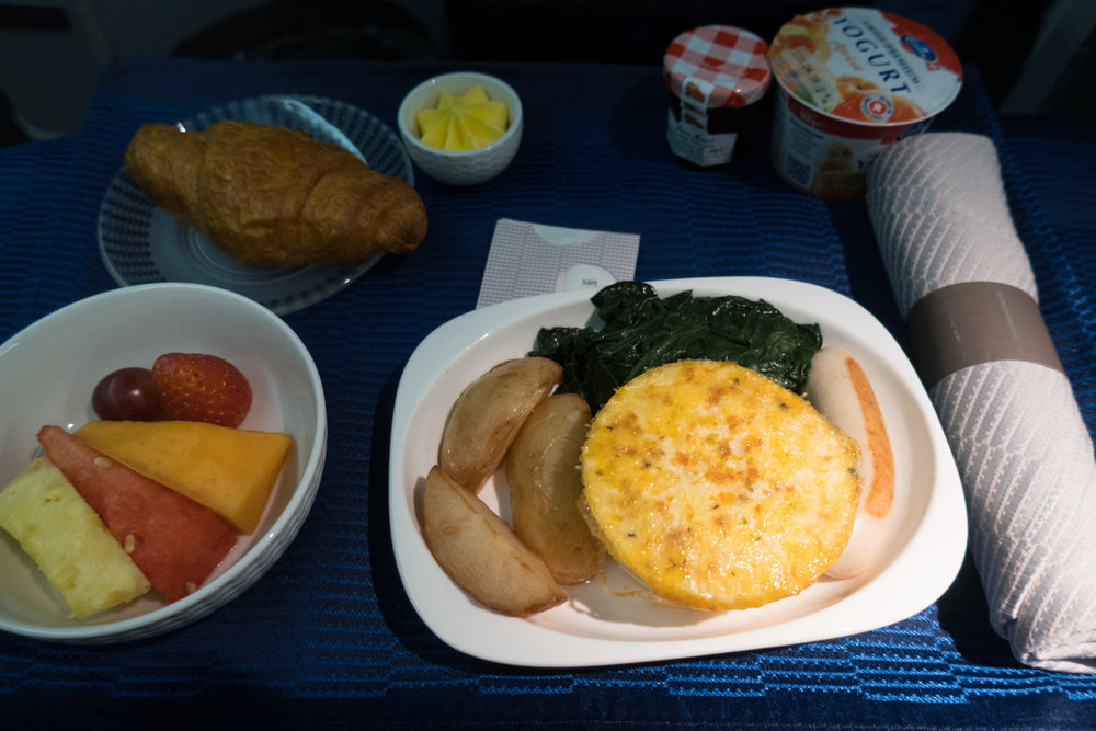 Business Class Breakfast - United Airlines 777-200    Photo: Calvin Wood