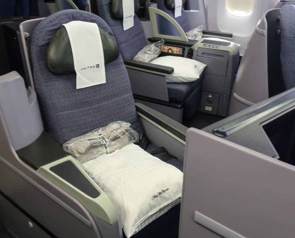 Solo Seats -United Domestic First Class - B 767-400  Photo: Calvin Wood