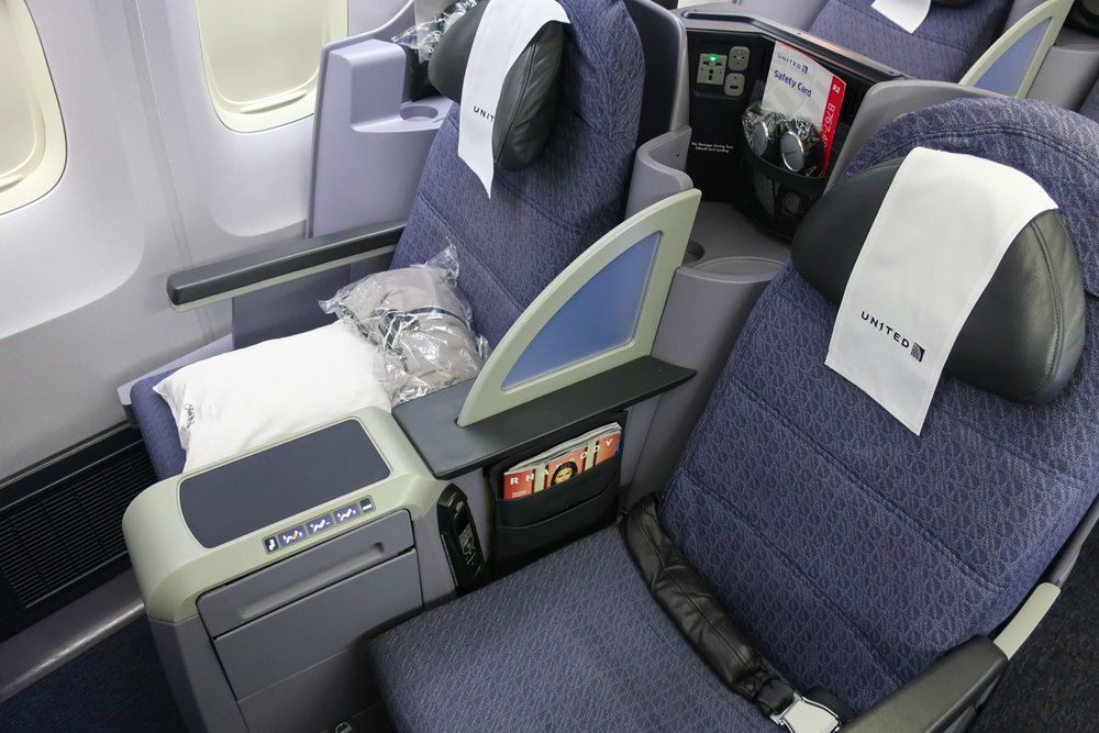 Duo Seats - United Domestic First Class B 767-400    Photo: Calvin Wood