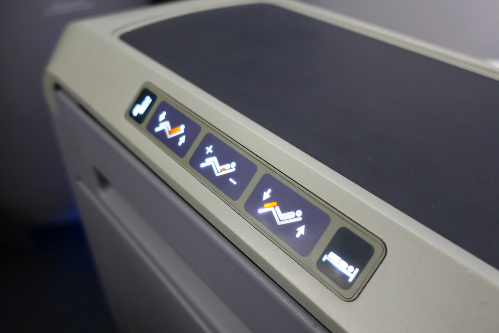 Seat Controls - United Boeing 767-400    Photo: Calvin Wood