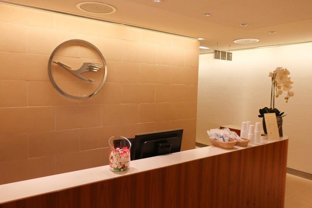 Shower Reception Area - Frankfurt Welcome Lounge  Photo: Calvin Wood