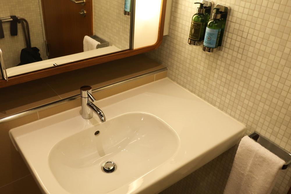Vanity - Shower Facilities Welcome Lounge  Photo: Calvin Wood