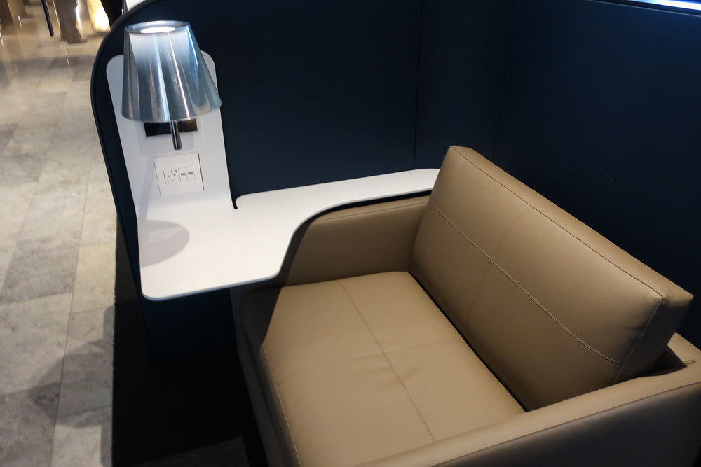 Mod Work Desks - Houston  Polaris Lounge  - United Airlines  Photo: Calvin Wood