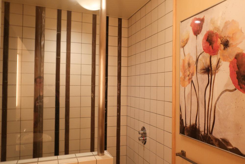 Showers - United Lounge Tokyo  Photo: Calvin Wood