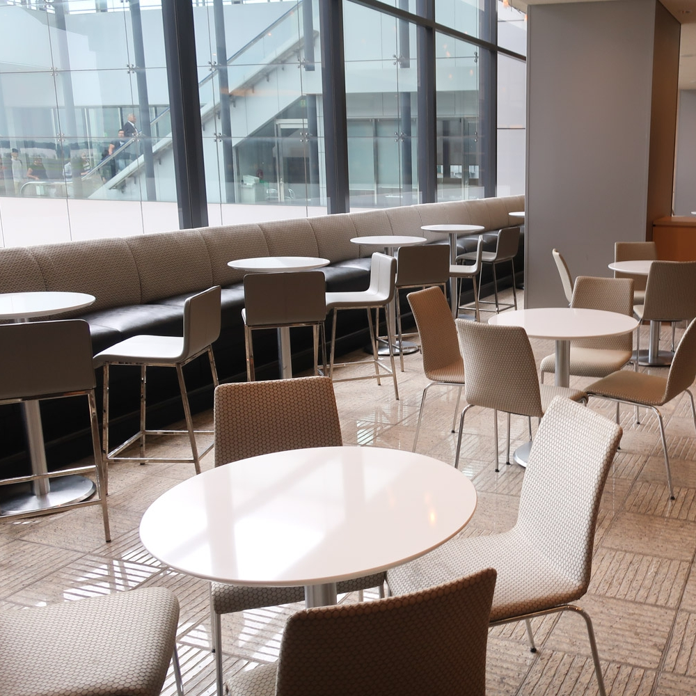 Table Seating - United Lounge Narita   Photo: Calvin Wood