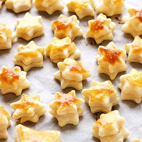 Make the most of the last day of the festive holidays before 'normality' returns. These little puff popping stars are super easy to make and the perfect treat for your little one (if the adults don't get there first) find the recipe in our free December issue - link in the bio. . . #food #festivefood #puffpastry #stars #weaning #weaningfood #snack #snacksfordays #foodie #foodblogger #instapost #december #january #parenting #yummy #foodforkids