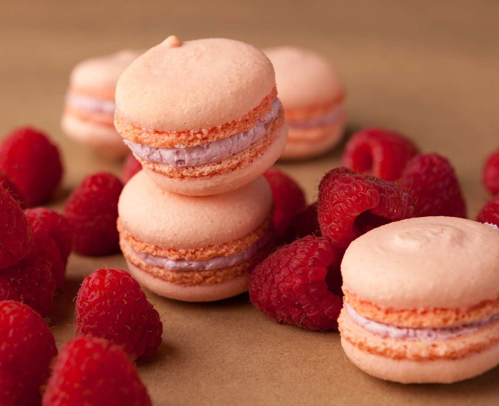 food_photography_rasberry_macarons_brown_paper.jpg