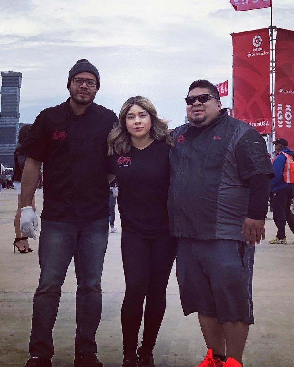El Toro Rojo - Dennis, his father and sister