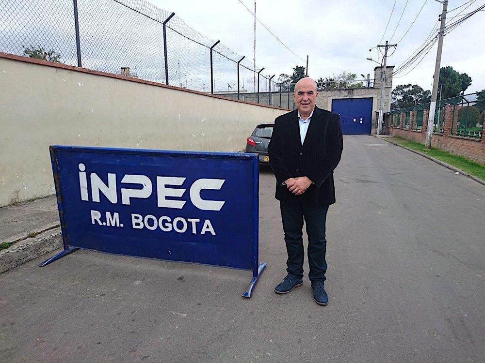 Dr. Abreu en El Buen Pastor (carcel de mujeres en Bogota, Colombia)