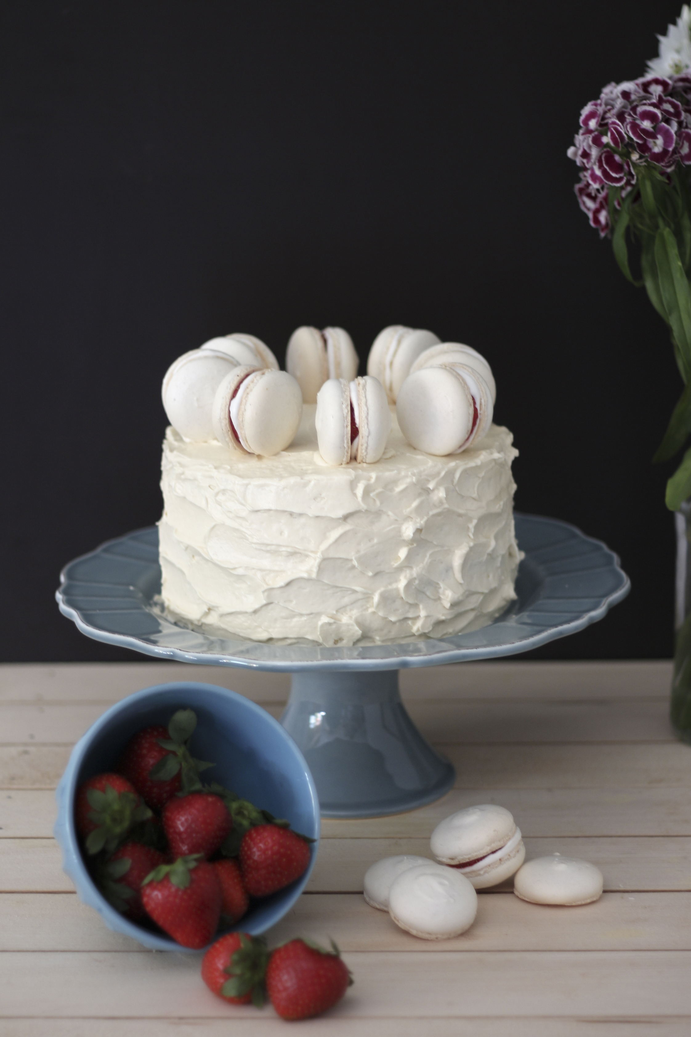 vanilla cake with macarons5