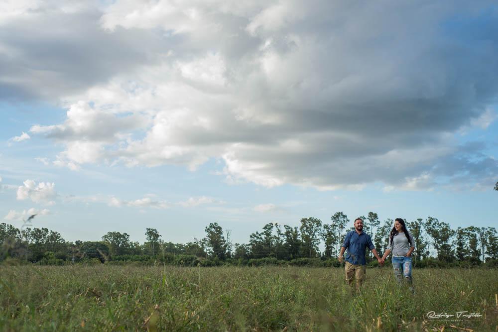 campo en zavalla, novios en campo abierto, fotografia al aire libre, rodrigo trujillo fotografo, fotografo de casamientos en rosario